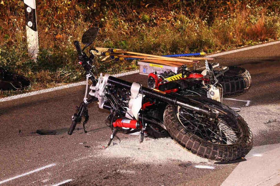 Das Motorrad lag zwei Stunden nach dem Unfall noch auf der Straße.
