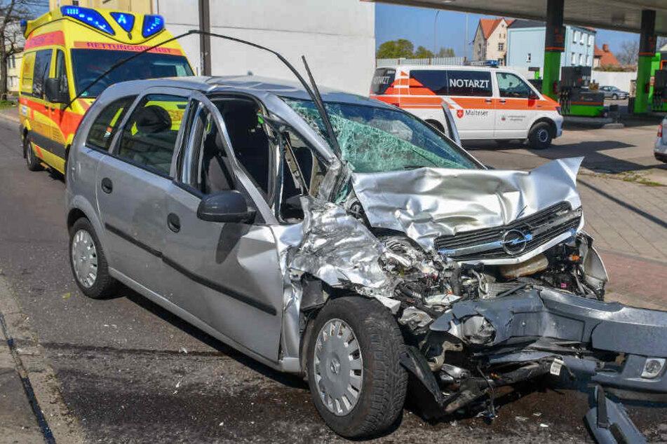 Opel und Tram krachen zusammen, Auto wird meterweit weggeschleudert