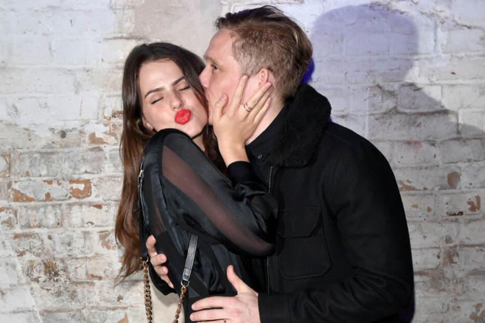 Matthias Schweighöfer gibt seiner Freundin Ruby O. Fee einen Kuss.