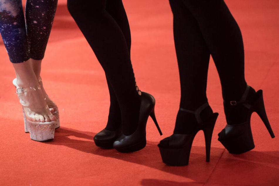 """Drei Hostessen stehen bei der Erotik-Messe """"Venus"""" in Berlin. (Symbolbild)"""