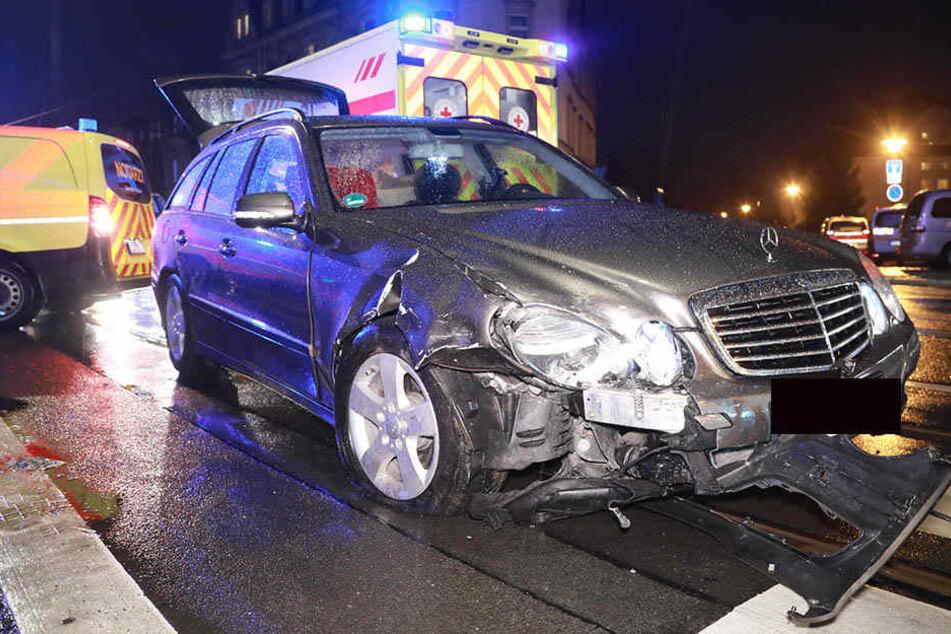 Bei dem Mercedes kann Totalschaden nicht ausgeschlossen werden.