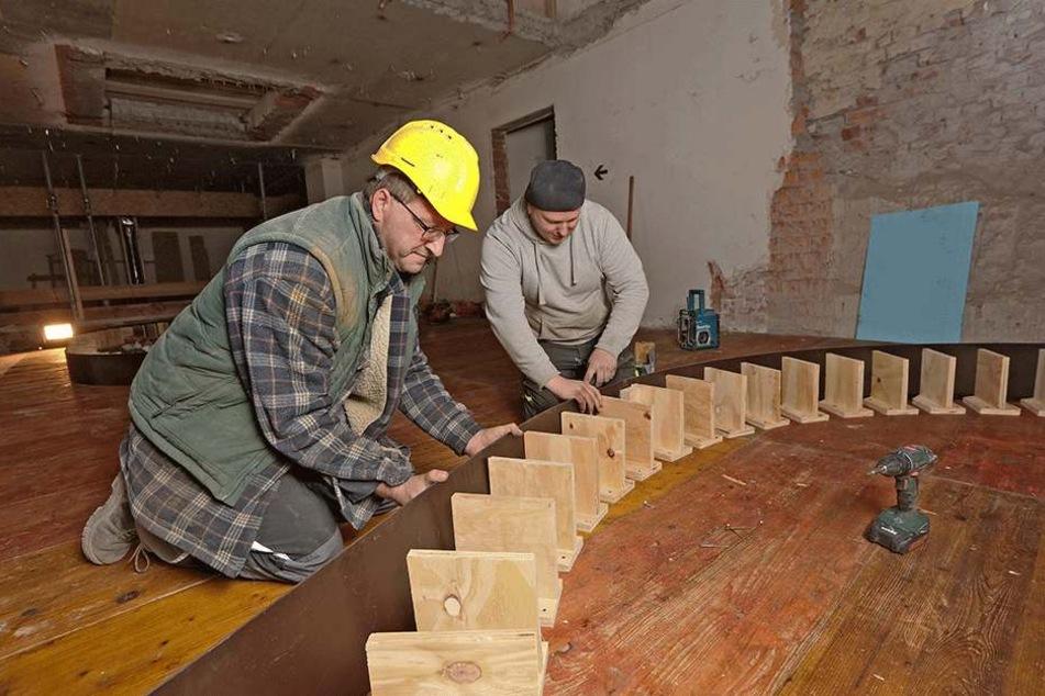 Bauarbeiter ziehen eine neue Zwischendecke im Gewandhaus-Foyer ein. Trotz der organisatorischen Probleme laufen die Arbeiten weiter.