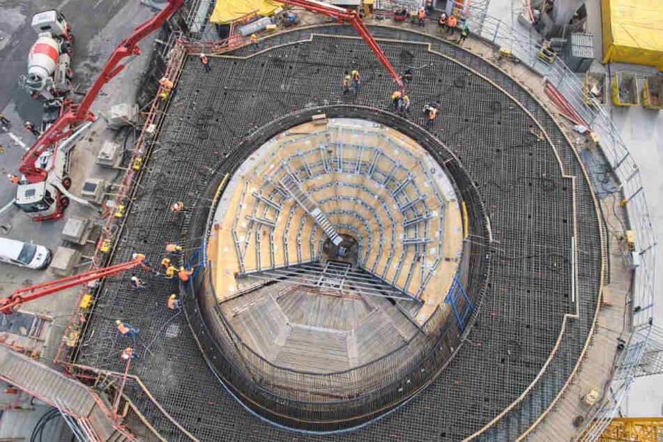 Arbeiter füllen Beton in die Verschalung der ersten Kelchstütze.