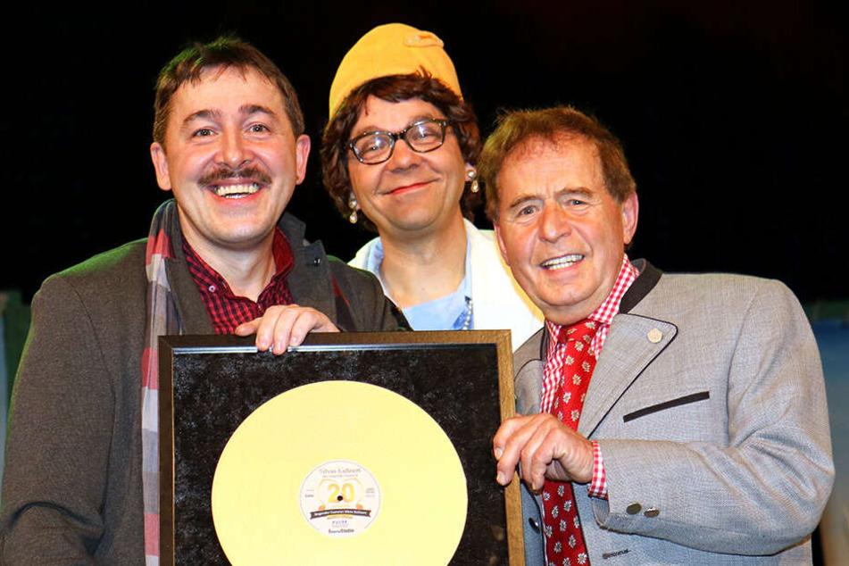 """Zum 20-jährigen Bühnenjubiläum als """"Singender Gastwirt"""" überreichte ihm Eberhard Hertel (80) die Goldene Schallplatte."""