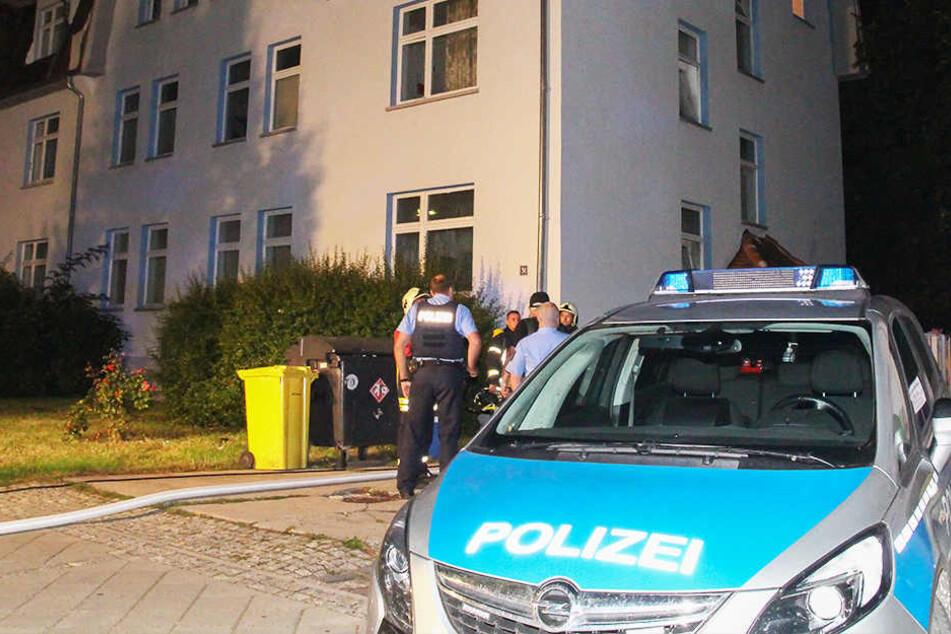 Polizist verletzt sich an brennender Haustür