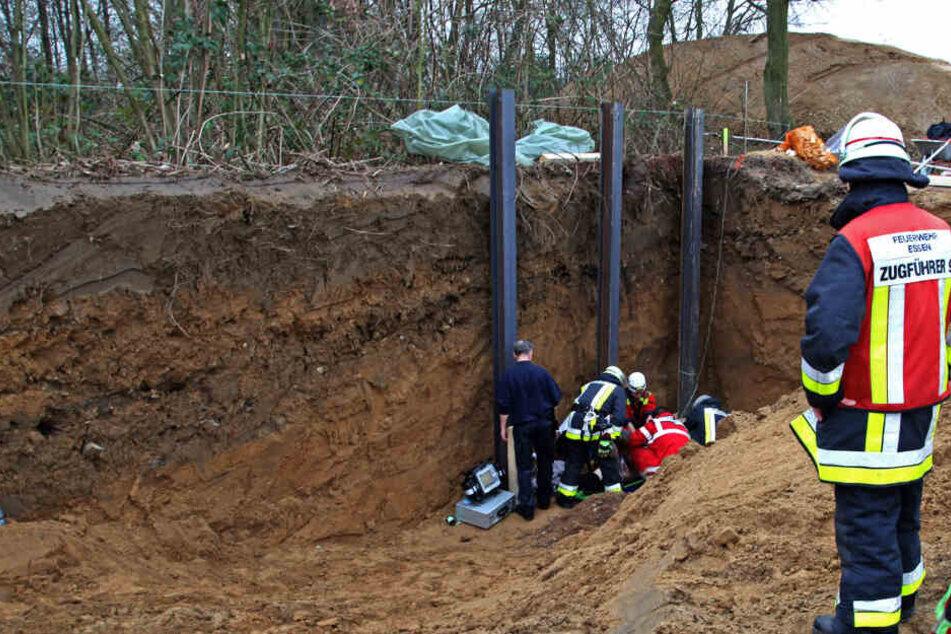 Die Einsatzkräfte trugen den Bauarbeiter aus der Grube.