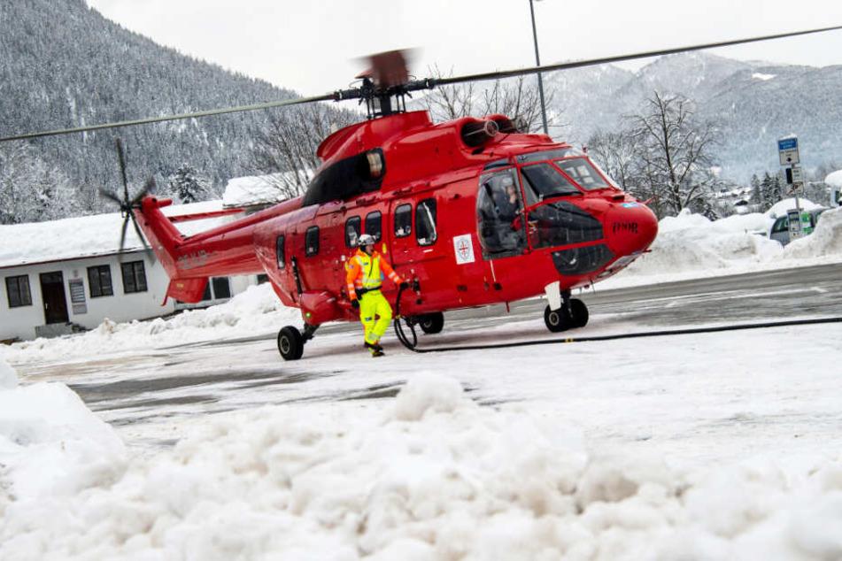 Auch Hubschrauber werden im Kampf gegen den Schnee eingesetzt. (Symbolbild)