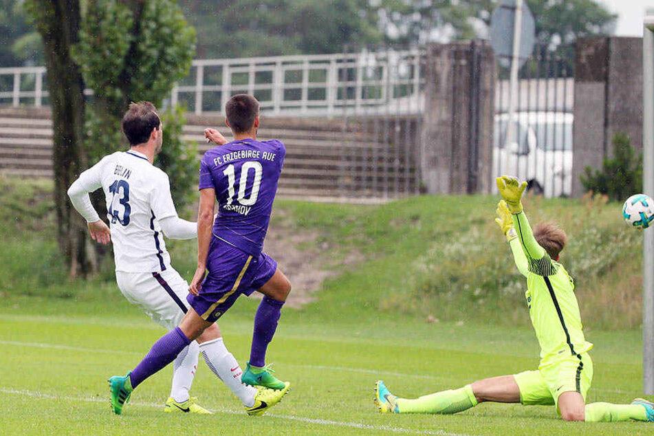 Das war der zweite FCE-Streich! Dimitrij Nazarov (M.) bezwang überlegt Hertha-Keeper Leon Brüggemeier.