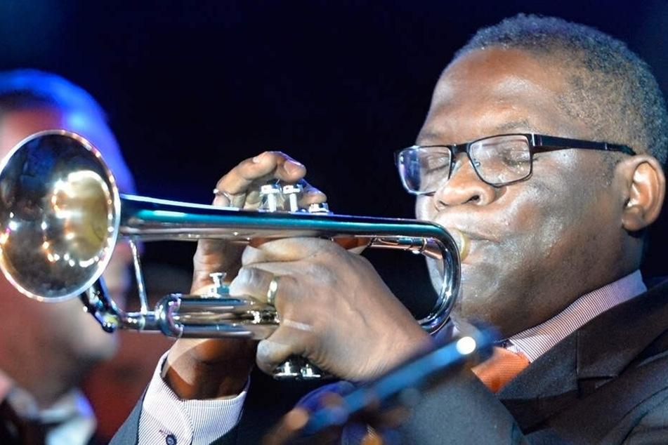 """""""Vertritt"""" Louis Armstrong auf der Jazz-Gala im Kulti: Trompeter Terrence Ngassa (44) aus Kamerun."""
