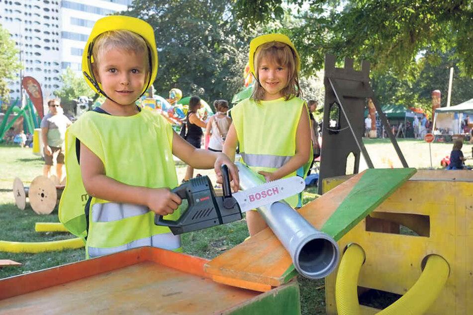 Im Stadthallenpark drehte sich alles um die Kinder, hier probieren sich Paolo  (8, l.) und Soe (7) als kleine Handwerker.