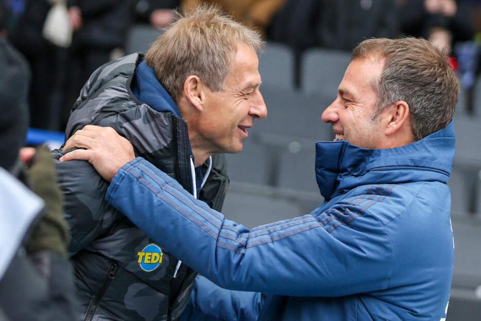 Jürgen Klinsmann (l) und Hansi Flick begrüßen sich vor dem Anpfiff im Berliner Olympiastadion.