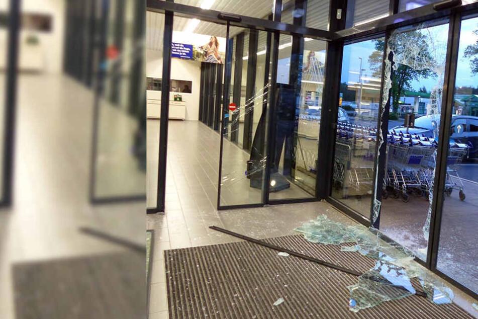 Die Glastüren wurden brutal zerstört. In einem Büro machten sie sich an einem Tresor zu schaffen.