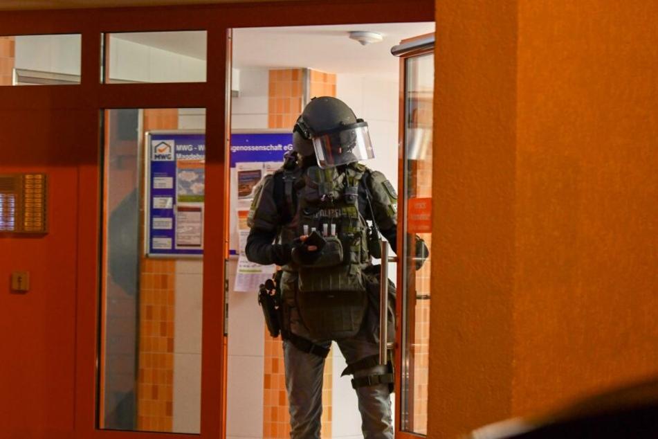 Die Beamten hatten die Wohnung eines Zwölfjährigen und seines Vaters durchsucht, nachdem der Junge vor seinen Mitschülern mit einem Foto angegeben hatte, auf dem er mit einer Schusswaffe posiert.
