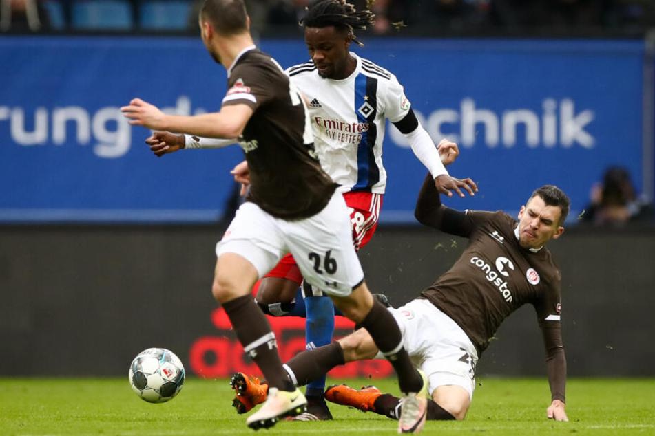 Waldemar Sobota grätscht Gideon Jung den Ball vom Fuß.