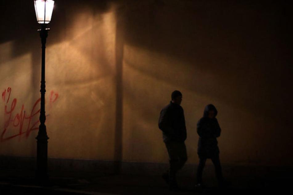 Der Täter lockte sein Opfer in eine schlecht einsehbare Ecke und vergewaltigte sie. (Symbolbild)