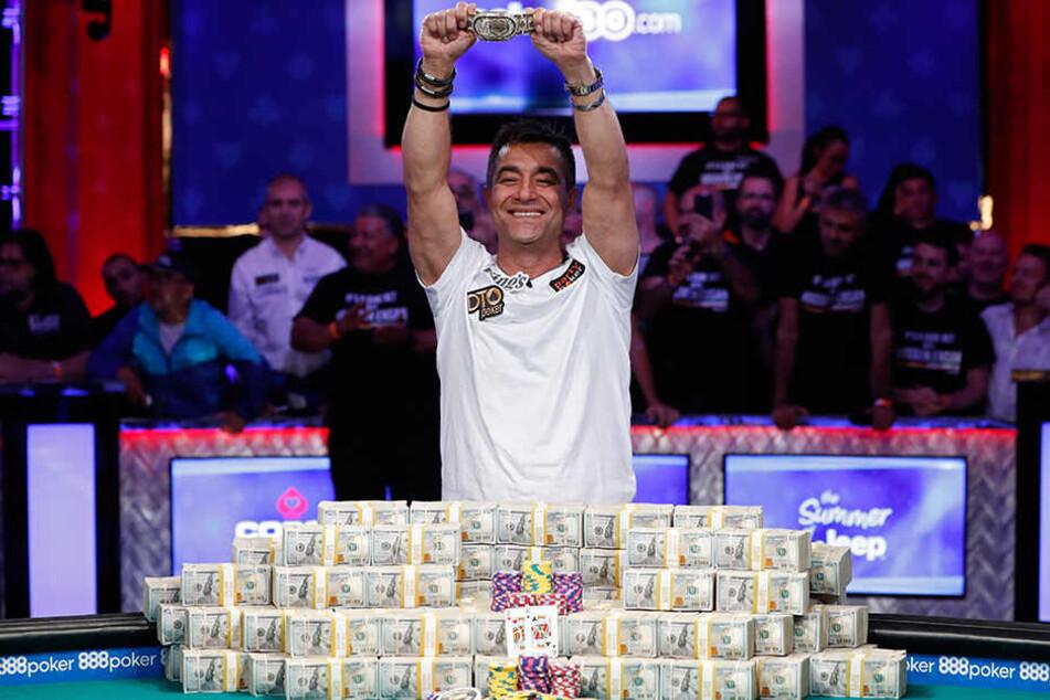 Preisgeld und Bracelet. Hossein Ensan hat sich gegen alle Konkurrenten durchsetzt und darf sich nun Weltmeister nennen.