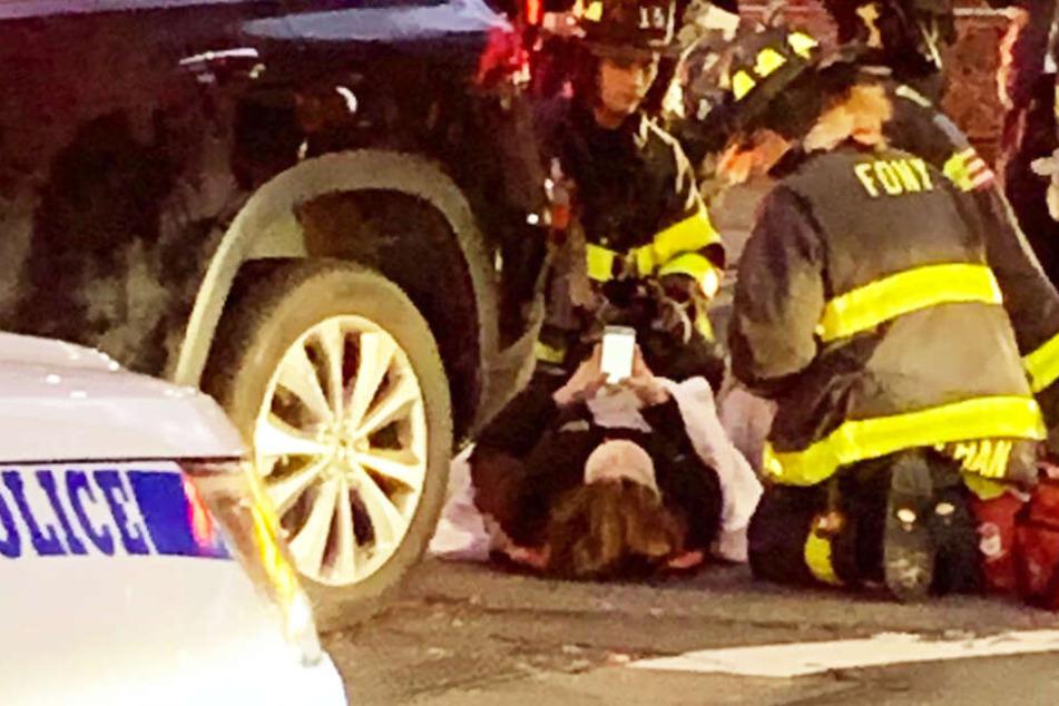 Nach dem Crash spielte die Frau weiter am Handy herum.