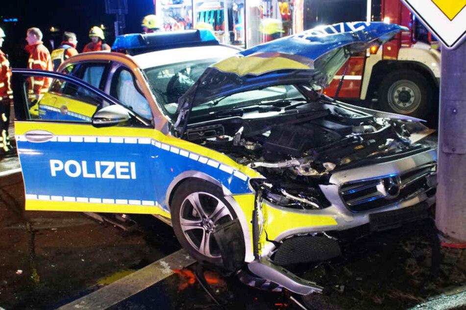 Die beiden Polizeibeamten wurden bei dem Unfall leicht verletzt.