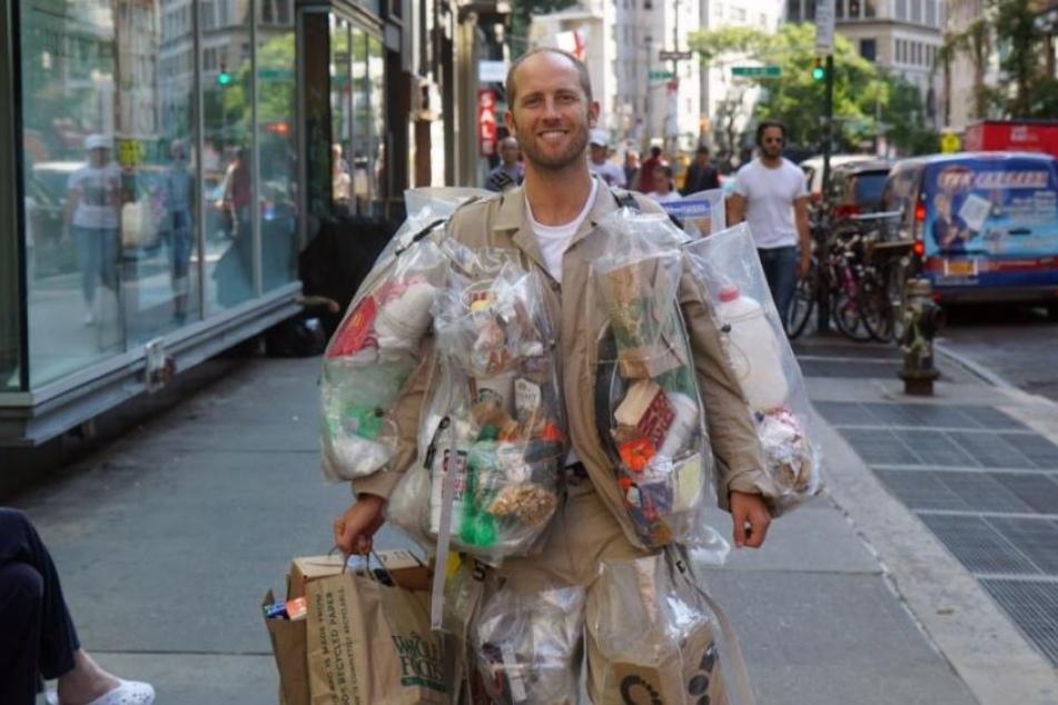 Müll-Mission! Dieser Mann trägt seinen Abfall mit sich herum