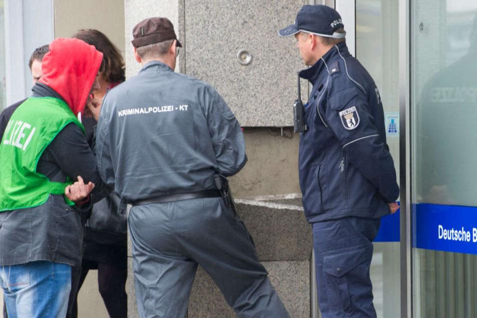 Am Freitagmorgen drangen Unbekannte in eine Bank in Berlin-Neukölln ein. (Symbolbild)