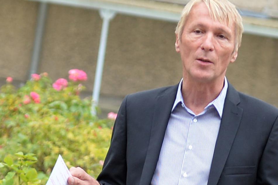 Der Direktor der Stasiopfer-Gedenkstätte Berlin-Hohenschönhausen, Hubertus Knabe, verliert seinen Posten. Das erfreut nicht jeden.