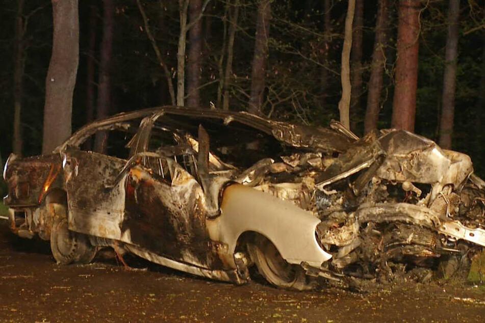 Eingeklemmt! Auto rast gegen Baum und geht in Flammen auf, Fahrer verbrennt im Wagen