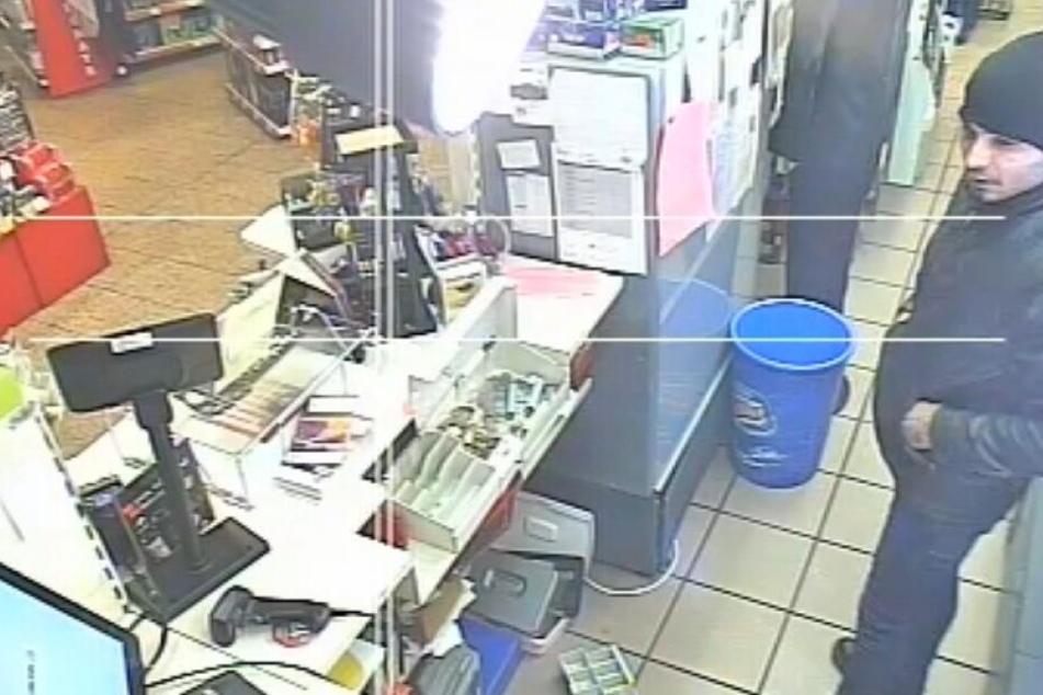 Einer der Täter verletzte dabei eine Angestellte mit einem Messer. Zudem soll ein weiteres Mitglied des Trios eine Waffe gezogen haben, um die Herausgabe des Bargeldes zu fordern.