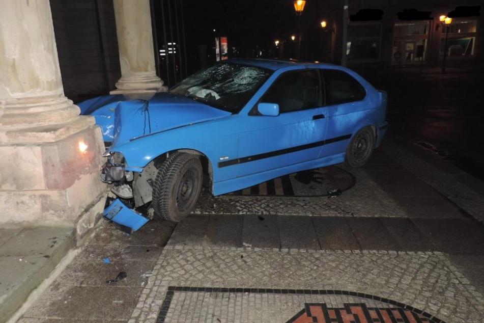 Mit hoher Geschwindigkeit krachte der BMW nach einem misslungenen Drift in die Säule des Magdeburger Rathauses.