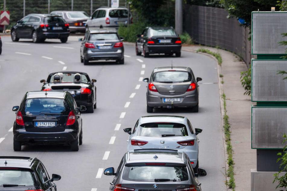Autos fahren über die B14 am Stuttgarter Neckartor.