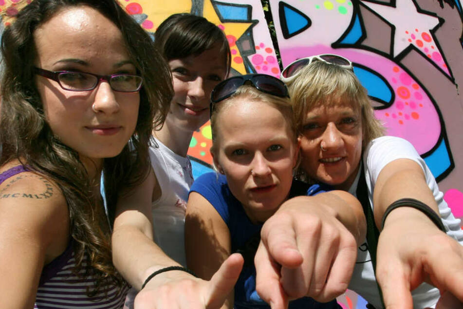 "Sookee (links) mit den Organisatorinnen des Frauen-Hip-Hop-Festivals ""We B* Girlz""."