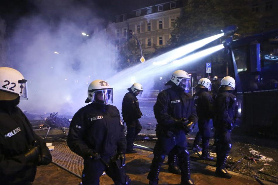 Die Polizei versuchte die aggressiven Demonstranten mit Wasserwerfern abzuhalten.