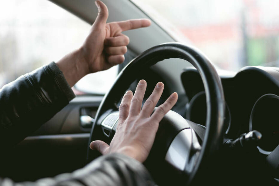 Rabiater Autofahrer (70) droht mit Schreckschuss-Waffe