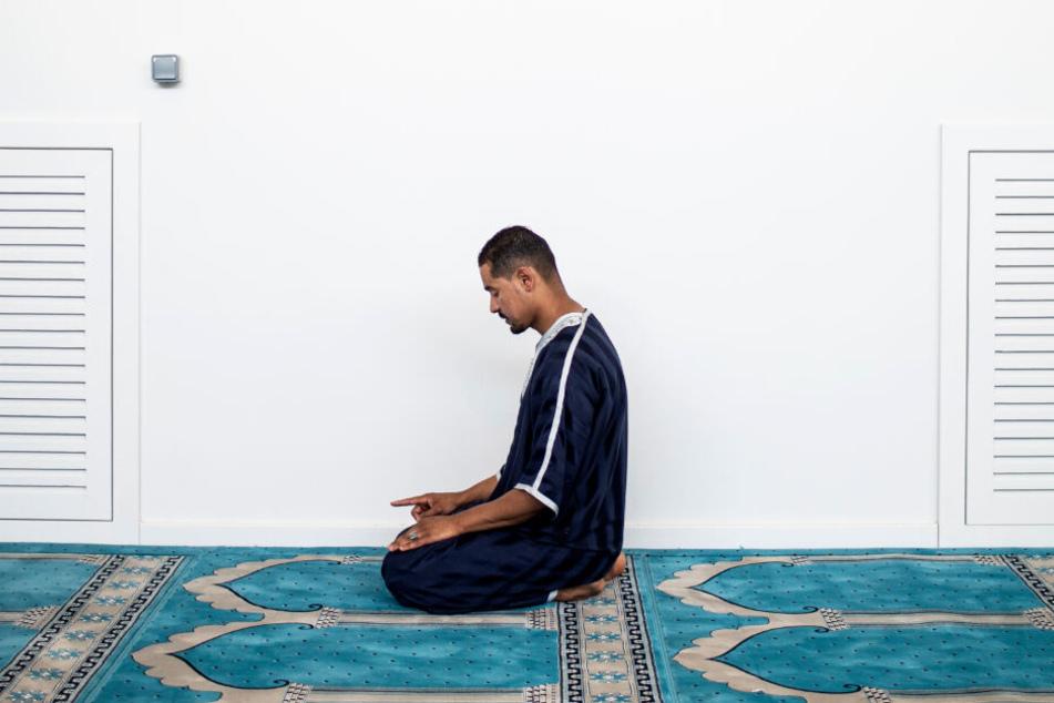 Ein Mann betet in einer Moschee. (Symbolbild)