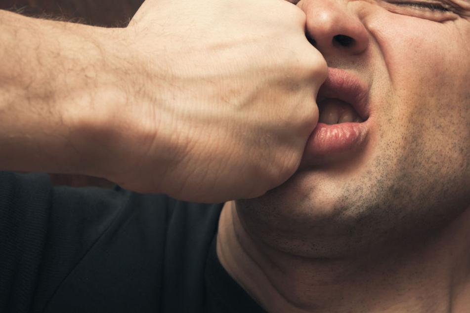 Als er aus einem Restaurant gehen wollte, wurde dem Mann die Nase gebrochen. (Symbolbild)