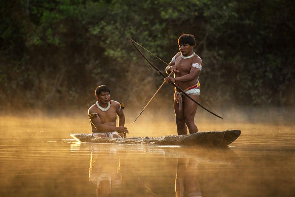 Zwei Mehinaku bei ihrer traditionellen Art zu fischen. Sie leben im Zuflussgebiet des Xingu im brasilianischen Teil des Amazonas. Sie sind heutzutage Inselbewohner, da ihre Wälder nahezu komplett von Sojafeldern umgeben sind.