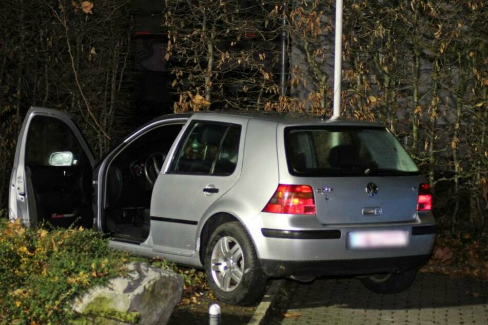 Der VW Golf nach dem Unfall.