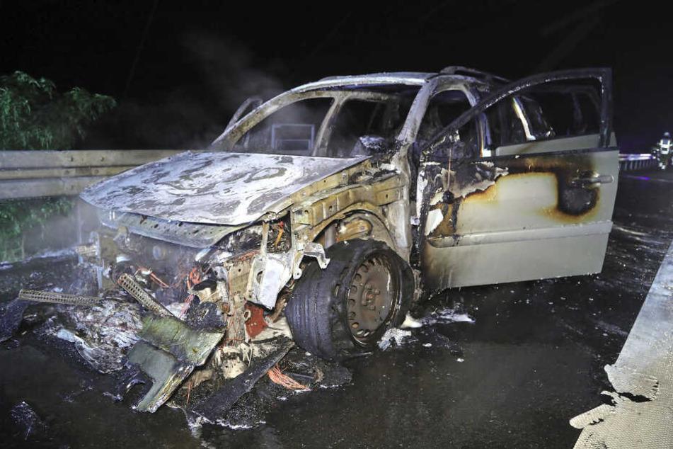 Der Renault Megane brannte vollständig aus, der Fahrer blieb unverletzt.