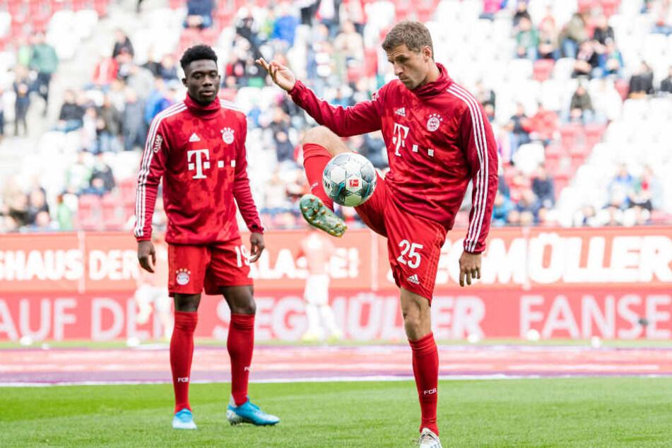 Thomas Müller (r) stand zum sechsten Mal in Folge nicht in der Startelf der Bayern.