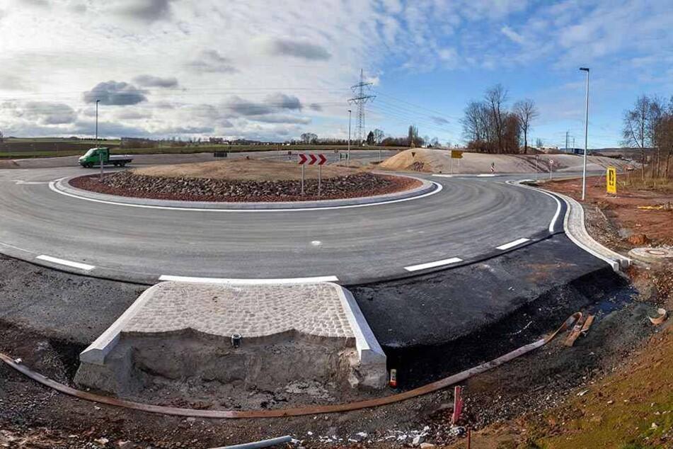 Der neue Kreisverkehr an der Neefestraße ist fertig. Ab Mittwoch fahren hier  Autos in Richtung Mittelbach.