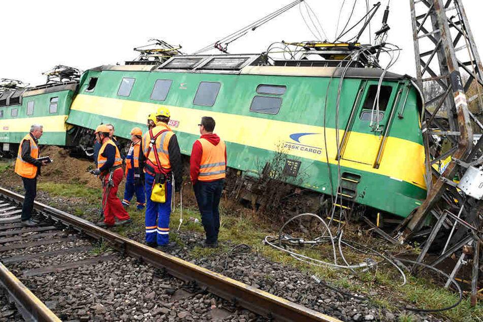 Rettungskräfte mussten dem verletzten Lokführer helfen.