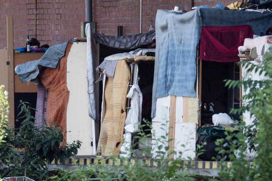Auf einer Laderampe hatten die obdachlosen Rumänen provisorische Hütten errichtet.