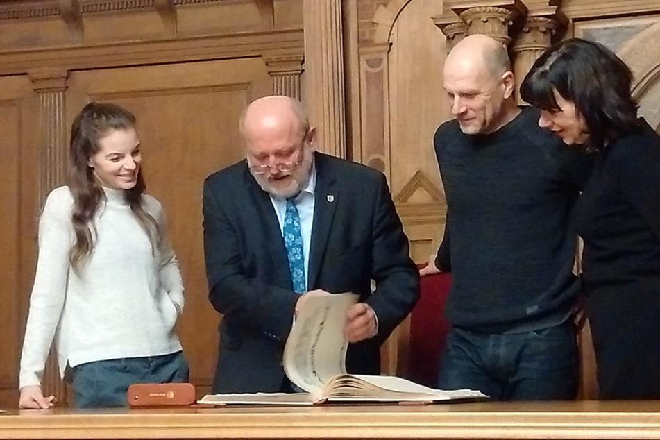 Eine angenehme Pflicht zwischendurch: OB Deinege war natürlich dabei, als Yvonne Catterfeld und Götz Schubert sich am Donnerstag ins Goldene Buch eintrugen.