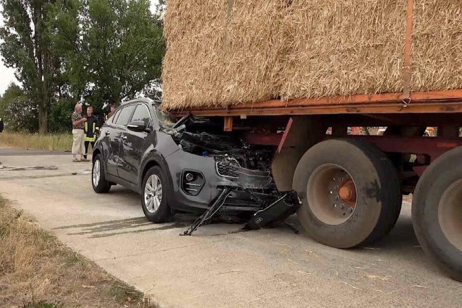 Der Traktoranhänger war mit etlichen Strohballen beladen, als der Wagen auffuhr und Feuer fing.
