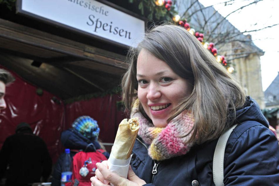 Rebecca Rau (29) griff auf dem Weihnachtsmarkt zu einem Falafel-Wrap.