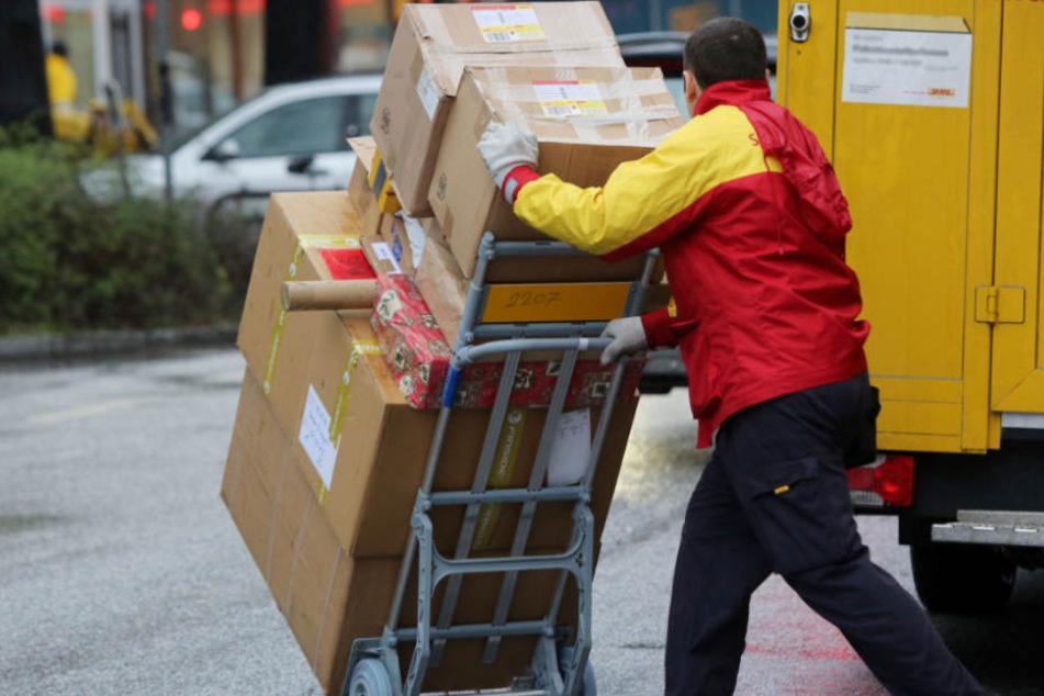 Viele Einzelpäckchen wurden aufgerissen im Postauto gefunden (Symbolfoto).