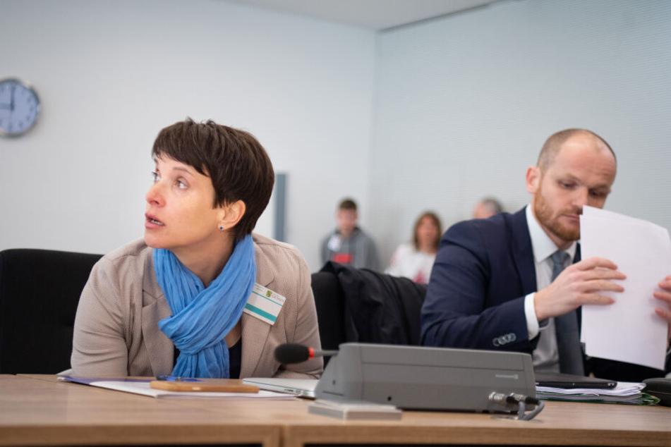 Frauke Petry (l), frühere Bundesvorsitzende der AfD, und ihr Anwalt Carsten Brunzel.
