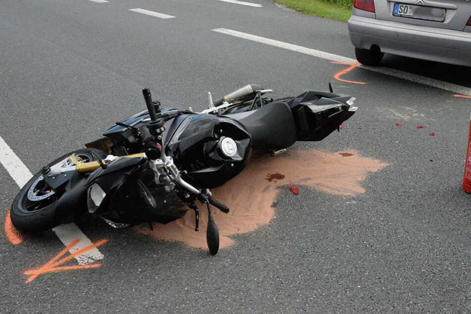 Schwer verletzt: 22-Jährige übersieht Motorrad beim Abbiegen