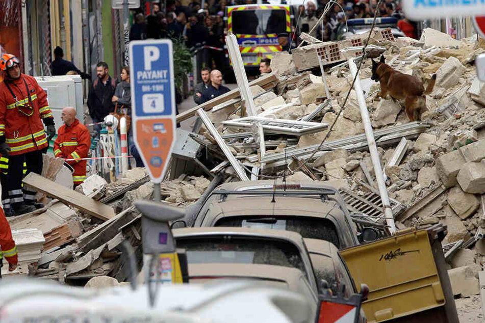 Rettungskräfte suchen in den Trümmern nach Opfern
