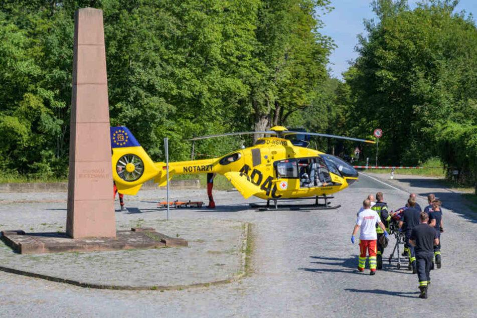Der Fahrer des Peugeot musste mit einem Rettungshubschrauber in eine Klinik gebracht werden.