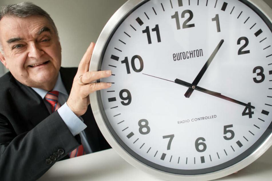 """NRW-Innenminister Reul: """"Endlich hat dieses Zeiger-Gedrehe ein Ende!"""""""